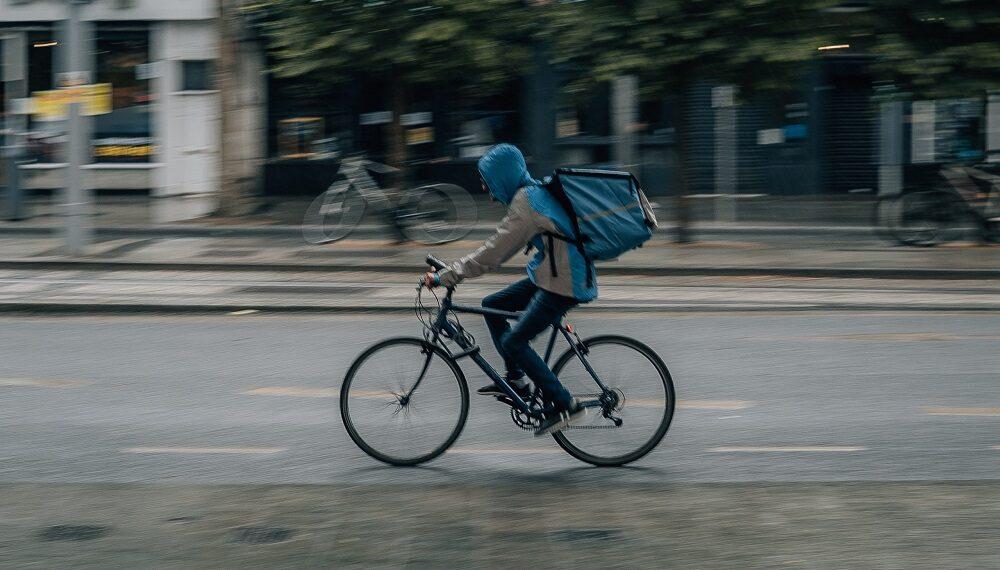 Milano, multe e obbligo di assunzione di 60mila rider del food delivery