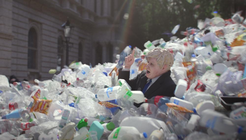 Boris Johnson sommerso dalla plastica nello spot-denuncia di Greenpeace