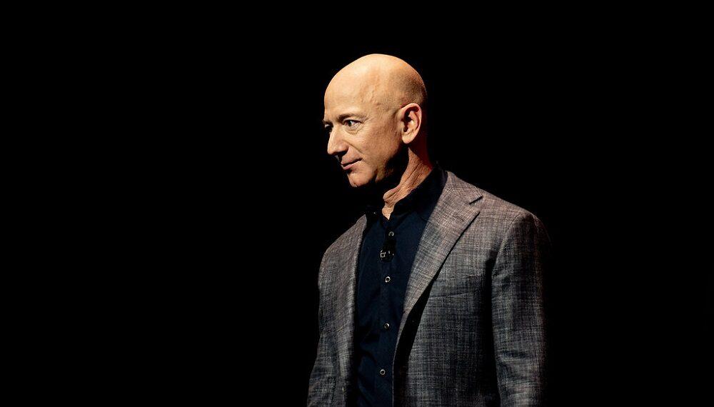 """Jeff Bezos di ritorno dallo spazio: """"Spostiamo lassù l'industria inquinante"""""""